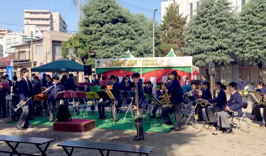 青木中学校吹奏楽部による西川口商店街秋祭りでの出前演奏の様子